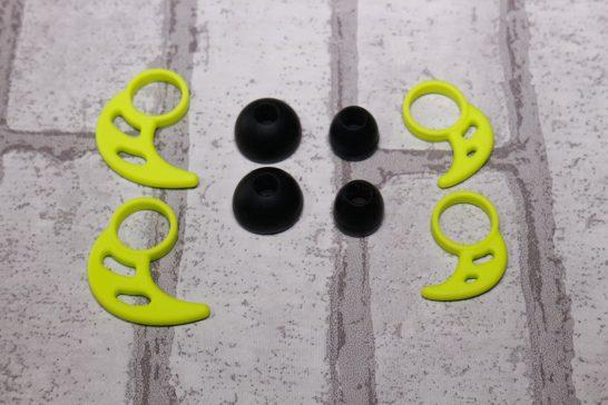 イヤーピースは大小2サイズでスポーツイヤホン特有の耳に引っ掛けて外れにくくする部品も大小2サイズあります。