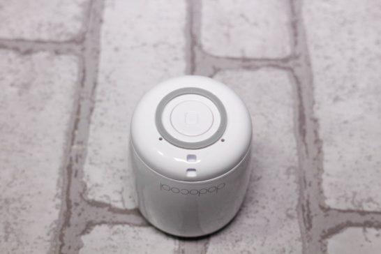 本体底部には大きめのボタンとゴム足がついています。 本体についているボタンはこれのみです。