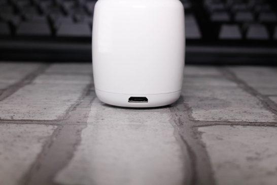 背面には充電用のMicroUSBポートが付いています。 MicroUSBで給電しながらの再生も可能です。