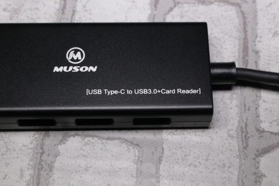 本体にはメーカーのロゴと[USB Type-C to USB3.0+Card Reader]の文字が印字されています。