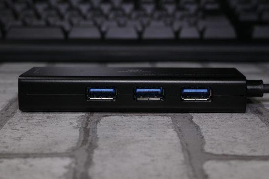 USBポートは3.0対応で3ポート搭載されています。 ポート同士の距離はそこそこ近いので横幅のあるUSBデバイスは隣り合わせにはでき無さそうです。