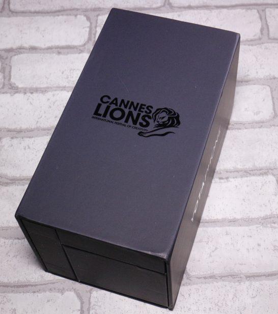 外箱です。 黒い箱にかっこいいロゴが印字されいます。 ちなみにこのロゴは製造元のものではなくカンヌライオンズのロゴでカンヌライオンズで賞を受賞した様です。