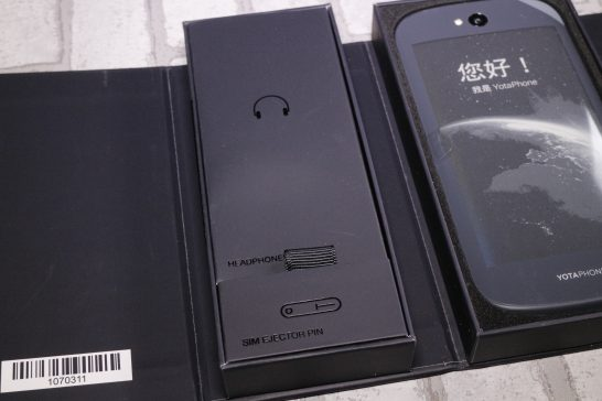 左側の箱にはイヤホンとSIMピンが格納されています。