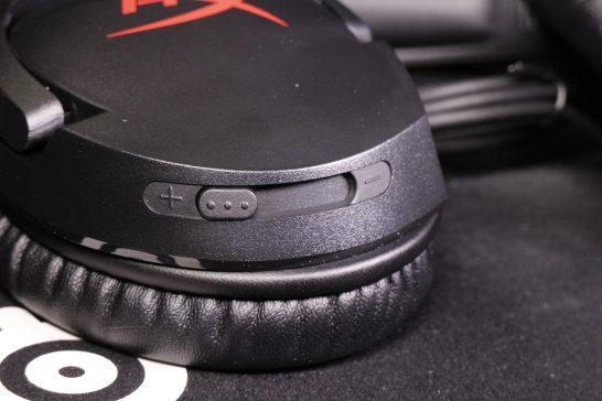 本体右側のヘッドホン部には音量スライダーが付いています。 無段階で音量を調節できます。 若干のクリック感があるので少し当たったくらいで音量が変わったりはしません。