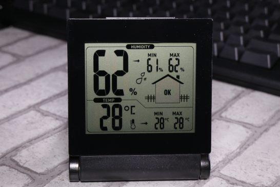 電池を入れると早速液晶が表示されます。 上部に大きめに湿度が表示されます。 湿度表示の横の家のマークには適度な湿度(40~70%)の場合はOK、40%以下の場合はDry、70%以上の場合はWetと表示されます。 下部には温度が表示されています。 温度と湿度はMIN(最小値)とMAX(最大値)も記憶されます。