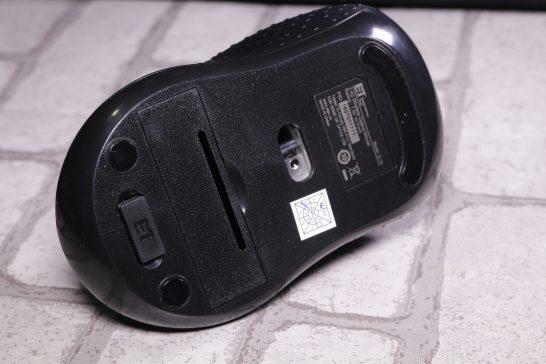 底面には中央にセンサー、その下に電池ボックスとUSBレシーバー格納場所があります。