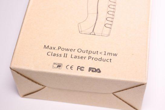 箱にはクラス2レーザーの文字が印字されています。 一般的なレーザーポインターレベルで短時間であれば直視してしまっても安全です。
