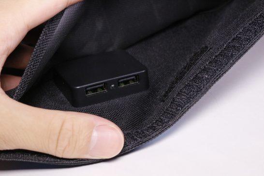 充電用のUSBポートはこのように内側に隠れています。 2ポート同時給電可能で複数台デバイスがあっても安心ですね。