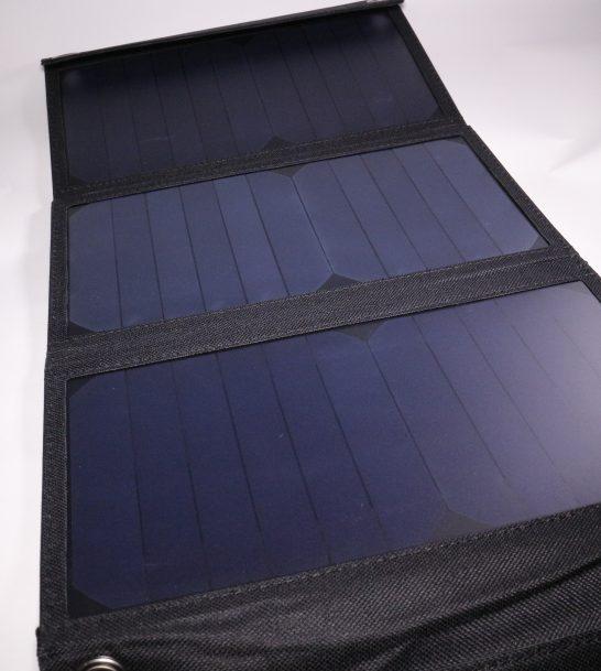 ソーラーパネルは3枚搭載されています。 単純計算で1枚あたり7Wの発電力があるようです。