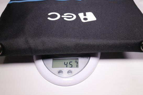重量は457gと結構重めです。 アウトドアでもない限りはモバイルバッテリーを持ち歩いたほうが良さそうですね。