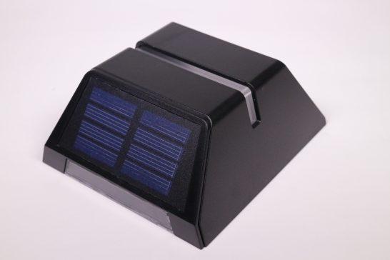 本体上部にはソーラーパネルが内蔵されています。 小さいパネルですが十分に発電できる様です。