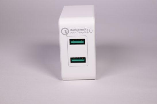 側面にはUSBが2ポート。 Quick Charge対応のUSBポートなので緑色になっています。