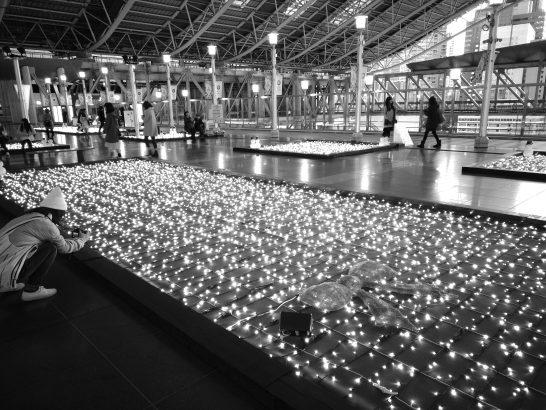大阪駅にてイルミネーション (モノクロモード)