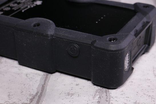 本体側面の電源ボタン